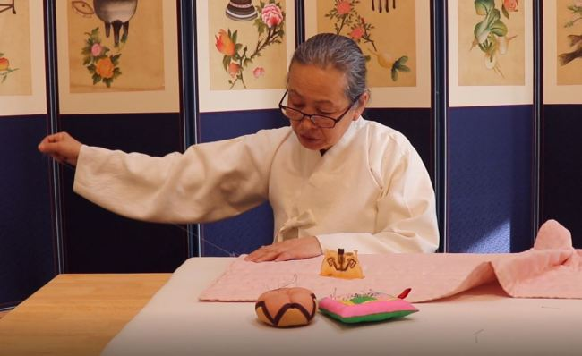 Quilting master Kim Hae-ja demonstrates her skills in the PyeongChang Olympic Plaza Traditional Korean Pavilion. (The Korea Herald / Park Ju-young)