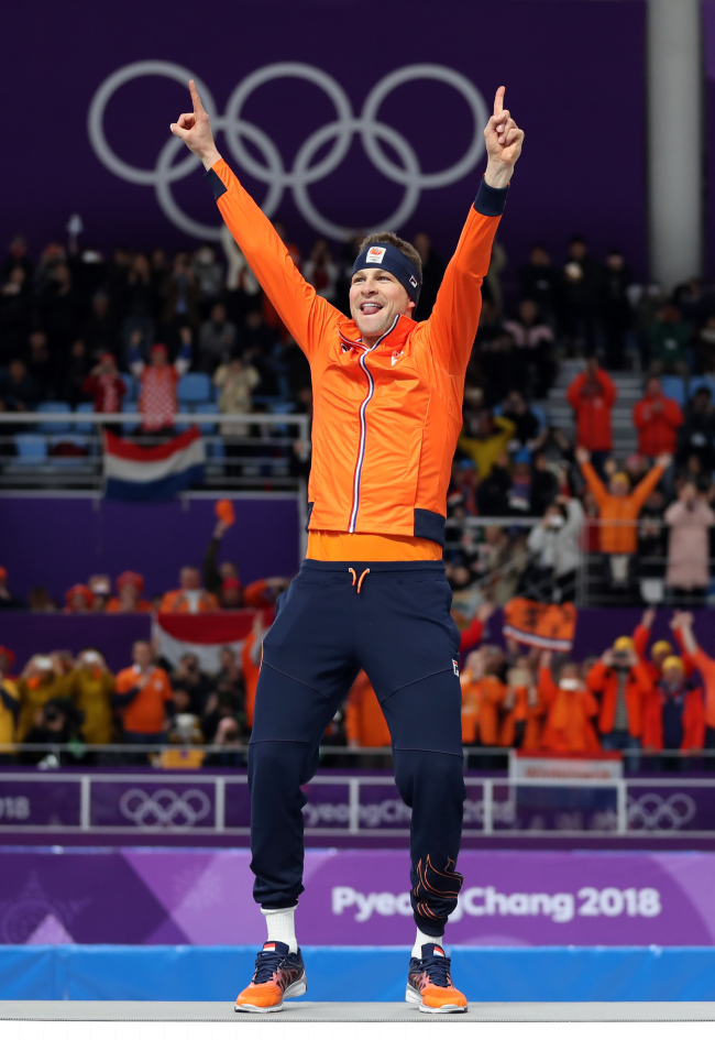Sven Kramer celebrates his gold in the mens 5,000 meter for his third straight title. Yonhap
