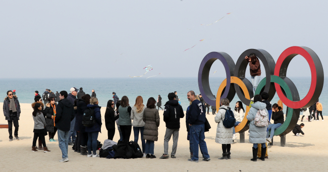 Visitors to Gangneung spend time on Gyeongpo Beach on Saturday, about 6 km away from Anmok Beach. (Yonhap)