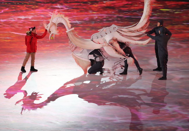 A phoenix puppet performs at the PyeongChang Winter Olympics opening ceremony last Friday. (Yonhap)