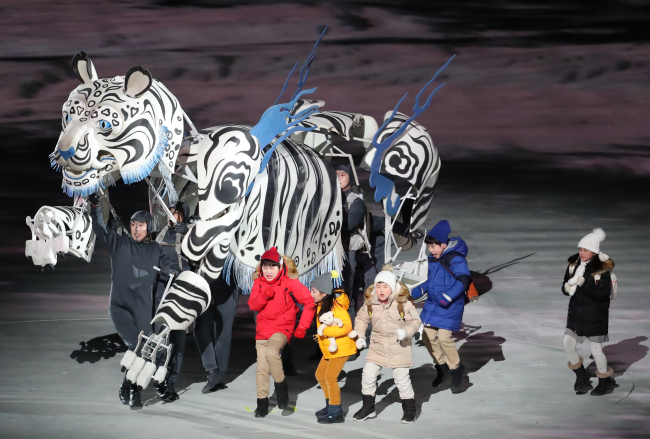 A white tiger puppet guides five children through Korean history at the PyeongChang Winter Olympics opening ceremony last Friday. (Yonhap)
