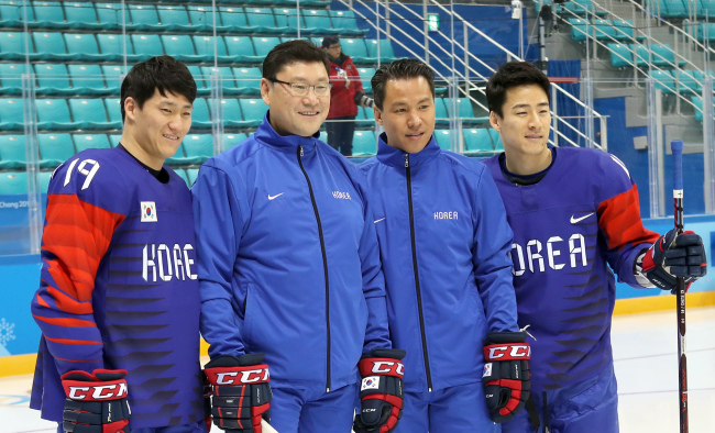 Jim Paek (2nd from L), head coach of the South Korean men`s hockey team, poses for official team pictures at Gangneung Hockey Centre in Gangneung, Gangwon Province, on Monday. Paek is flanked by forward Kim Sang-wook (L), assistant coach Richard Park (2nd from R) and forward Kim Ki-sung (R). (Yonhap)