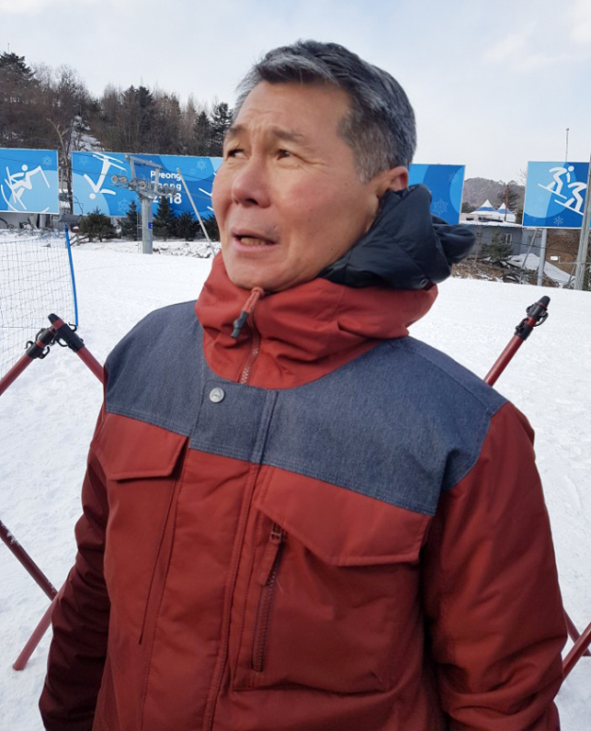 Kim Jong-jin, father of U.S. snowboarder Chloe Kim, speaks to reporters at Phoenix Snow Park in PyeongChang, some 180 kilometers east of Seoul, after watching his daughter`s performance in the women`s halfpipe event at the PyeongChang Winter Olympics on Feb. 12, 2018. (Yonhap)