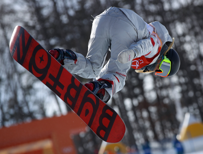 US freestyle snowboarder Chloe Kim competes in the women`s halfpipe qualifying round at the PyeongChang Winter Olympics at Phoenix Snow Park in PyeongChang, Gangwon Province, on Feb. 12, 2018. (Yonhap)