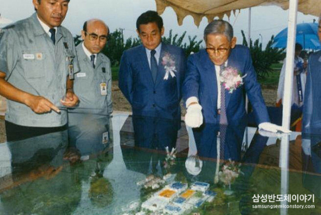 3. Founder and former Chariman Lee Byung-chul (right) and current Chairman Lee Kun-hee attend the ceremony of Samsung's ground-breaking third memory chip fabrication line in 1987. (Samsung Semicon Story)