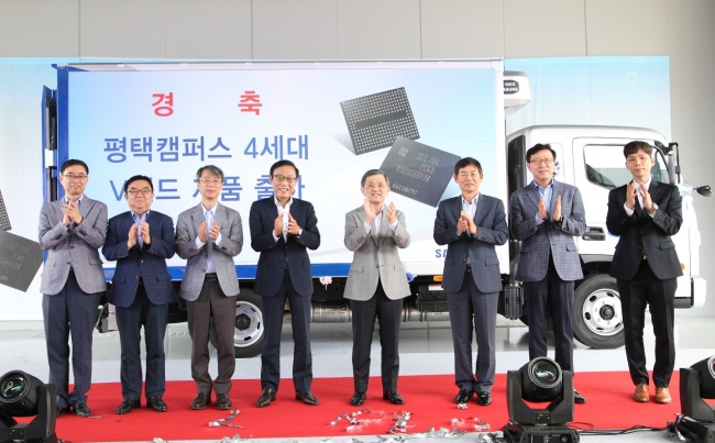 1. Kwon Oh-hyun (fifth from left), chairman of Samsung Electronics' board and Kim Ki-nam (fourth from left), current CEO of Samsung Electronics' Device Solutions Division, celebrate the first shipment of wafers at P1, the No.1 fabrication line in Pyeongtaek, Gyeonggi Province, in July 2017. (Samsung Electronics)