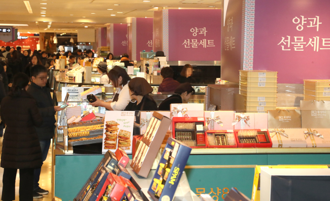 Customers browse through Seollal gift sets displayed at Lotte Department Store in Seoul. (Yonhap)