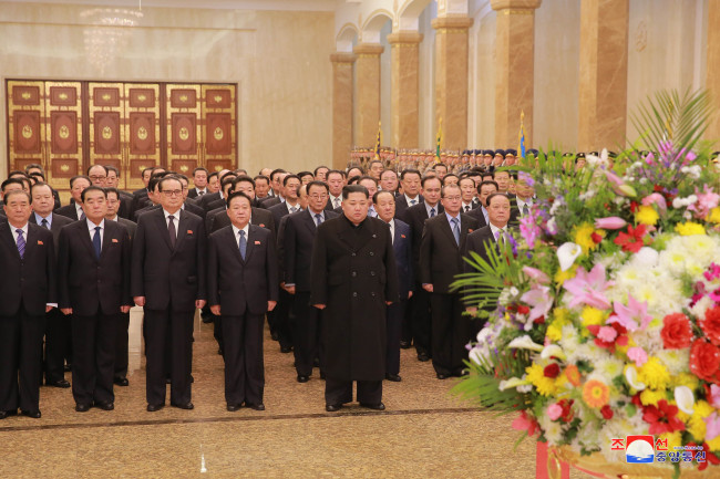 A photo of Kim Jong-un and ranking officials' visit to the Kumsusan Palace of the Sun released by North Korea's Korean Central Television on Feb. 16, 2018. (For Use Only in the Republic of Korea. No Redistribution) (Yonhap)