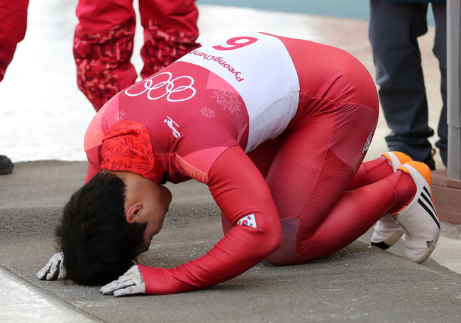 Yun Sung-bin bows deep to the South Korean spectators, following his win in the skeleton game. (Yonhap)