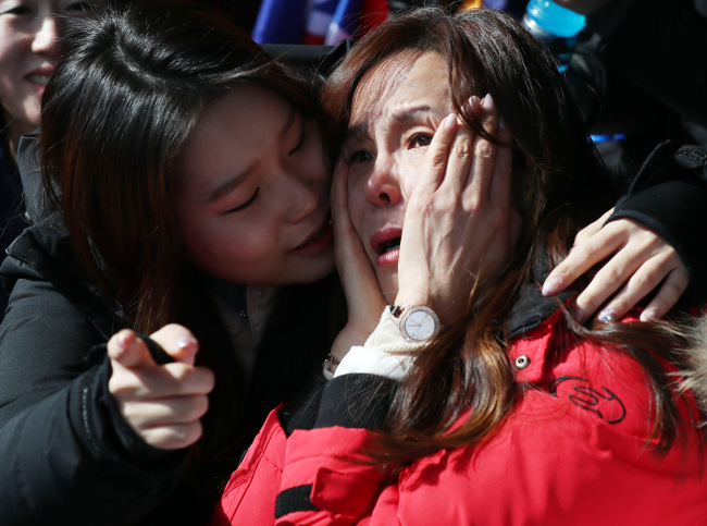 Yun Sung-bin's sister and mother pray for him during the game from the stands. (Yonhap)