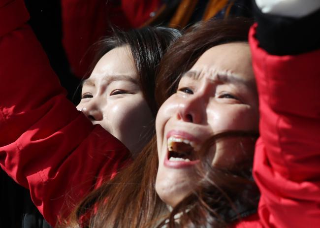 Yun Sung-bin's sister and mother, overjoyed at Yun's gold (Yonhap)