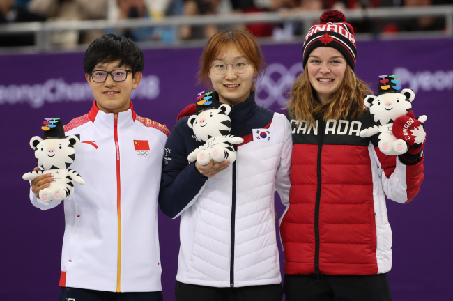 Choi Min-jeong (center) poses with silver medalist Li Jinyu (left) and bronze medalist Kim Boutin of Canada at the medal-awarding ceremony in Gangneung Ice Arena on Saturday. (Yonhap)