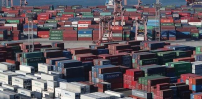 Containers stacked near the port of Busan (Yonhap)