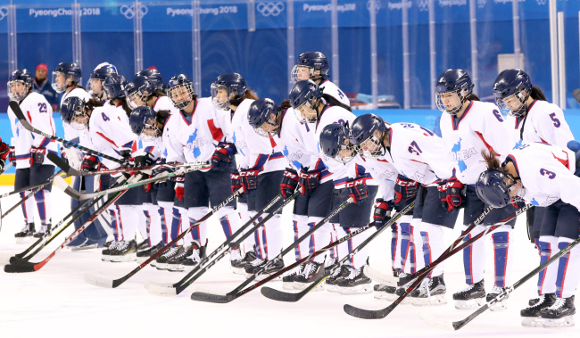 Unified Korean female hockey players pose ahead of a match with Switzerland at Gangneung Ice Arena on Sunday. The Korean team was defeated in 0-2. (Yonhap)