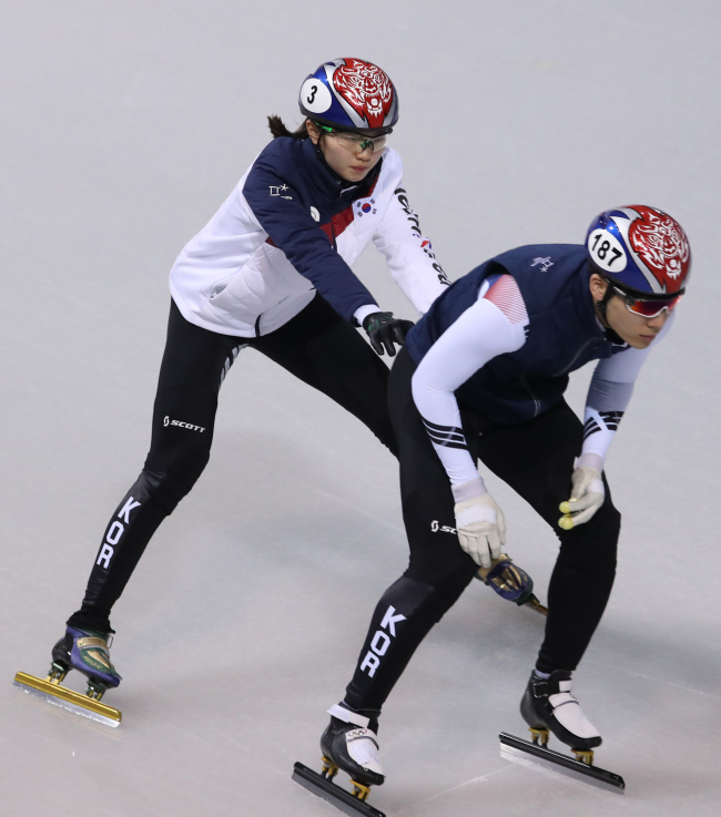 Korean star speed skater Shim Suk-hee (left) participates in an exercise on Sunday for this week's women's short-track relay event. (yonhap)
