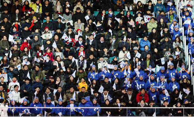 Crowds fill the stands at Kwandong Hockey Center in Gangneung on Monday, when the joint Koreanwomen's hockey team competed against Sweden. (Yonhap)