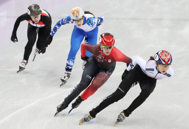 South Korea`s Shim Suk-hee (R) races in the women`s 3,000m relay preliminary of the PyeongChang Winter Olympics at the Gangneung Ice Arena on Feb. 10. (Yonhap)