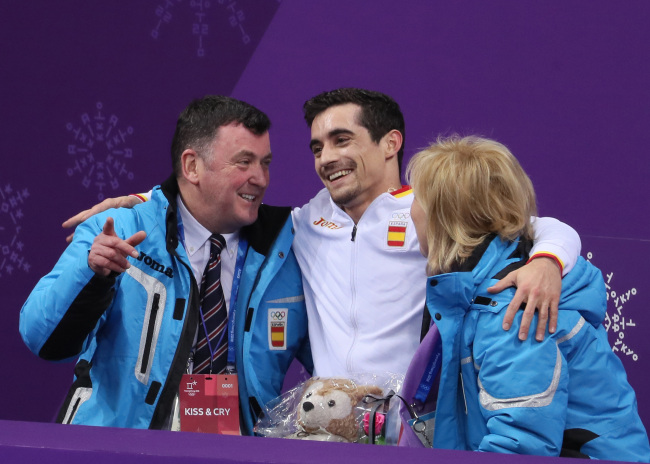 Orser(L) in blue jacket with Fernandez(M)(Yonhap)