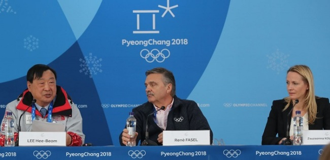 Rene Fasel (C), president of the International Ice Hockey Federation, attends a press conference for the women`s tournament during the PyeongChang Winter Olympics at Gangneung Hockey Centre in Gangneung on Feb. 19, 2018, flanked by Lee Hee-beom (L), head of the Olympic organizing committee, and Zsuzsanna Kolbenheyer, chairman of the women`s tournament. (Yonhap)