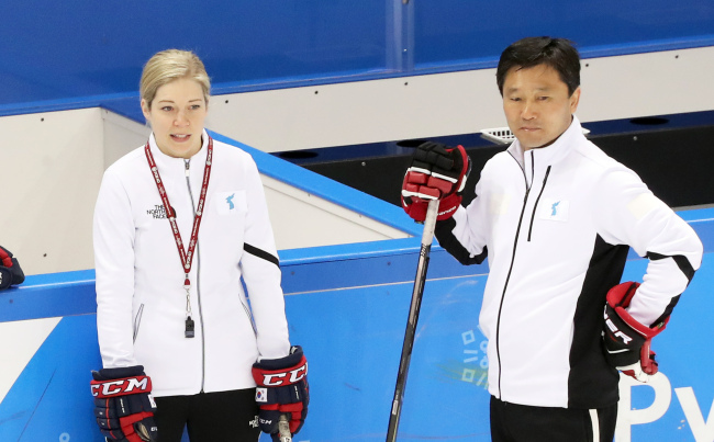 Sarah Murray (L), head coach of the unified Korean women`s hockey team, and her assistant Pak Chol-ho look at their players during practice at Kwandong Hockey Training Centre in Gangneung, Gangwon Province, on Feb. 19, 2018. (Yonhap)