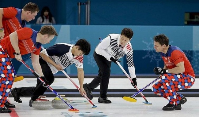 South Korea`s skip Kim Changmin, center right, watches teammate Lee Kibok, second left, as Norway`s skip Thomas Ulsrud, right, watches teammates Torger Nergaard, second left, and Christoffer Svae, left, sweep the ice during a men`s curling match at the 2018 Winter Olympics in Gangneung, South Korea, Friday, Feb. 16, 2018. (AP)