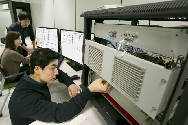 KT employees test the one-to-many quantum encryption network at the company's research lab in Seocho-gu, Seoul. (KT)