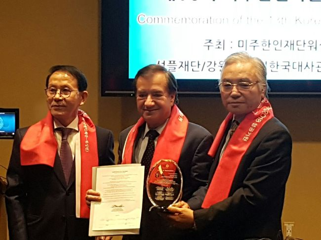 From left: Min Byoung-chul, founder of the Sunfull Internet Peace Movement; Edward Royce, Chairman of the House Committee on Foreign Affairs; and Park Sang-won, co-representative of the Sunfull Movement in the US