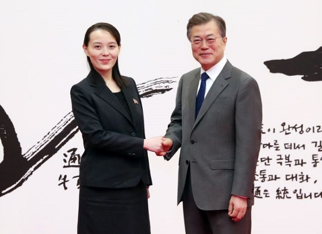 Kim Yo-jong shakes hands with President Moon Jae-in (Yonhap)