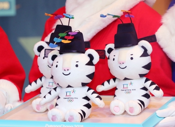 Stuffed Soohorangs wearing a usahwa hat, which are awarded to the medalists at the PyeongChang Winter Olympics (Yonhap)