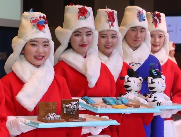 Medal deliverers at the PyeongChang Winter Olympics (Yonhap)