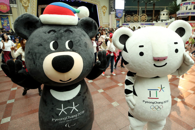Soohorang (right) and Bandabi (left) characters are featured during a PyeongChang Olympics promotion event at the Lotte World amusement park in southeastern Seoul. (Yonhap)