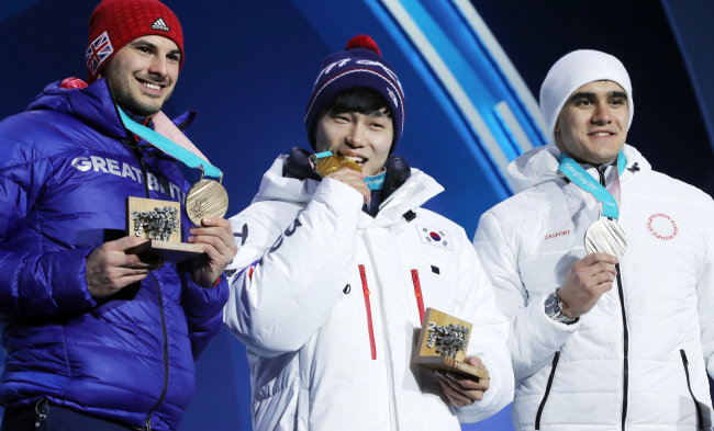 Winners of the men`s skeleton event at the Winter Olympics attendtheir medal ceremony at the Medals Plaza in PyeongChang, Gangwon Province, on Feb. 18. From left are silver medalist Nikita Tregubov from Russia, gold medalist Yun Sung-bin from South Korea and bronze medalist Dom Parsons from Great Britain(Yonhap)