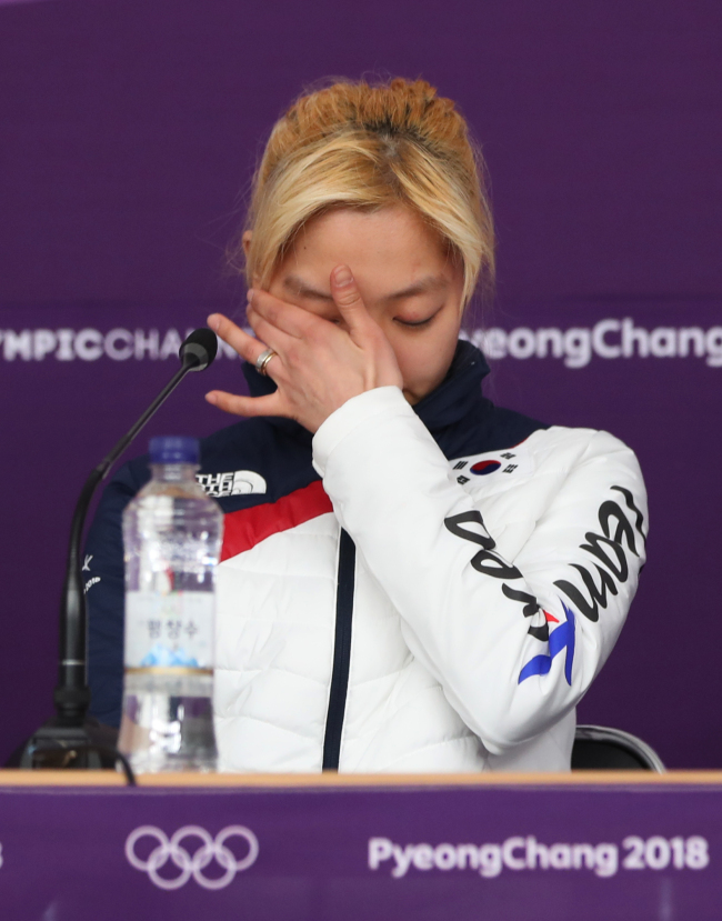 South Korean speedskater Kim Bo-reum wipes her tears as she apologizes for her controversial comments on her teammate Noh Seon-yeong during a press conference in PyeongChang, Gangwon Province, Tuesday (Yonhap)