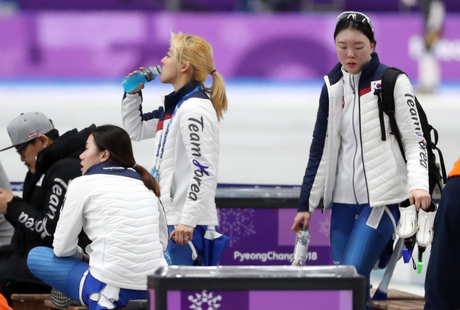 South Korean speedskaters Park Ji-woo (second from the left), Kim Bo-reum(third from the left) reportedly did not speak to her teammate Noh Seon-yeong (far right) after finishing seventh in the 500-meter team pursuit quarterfinals event at PyeongChang on Monday. (Yonhap)