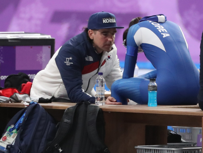 South Korean skater Noh Seon-yeong (right) is being comforted by her coach Bob De Jong as she sobs after her race in women`s 500-meter team pursuit event at PyeongChang on Monday.(Yonhap)