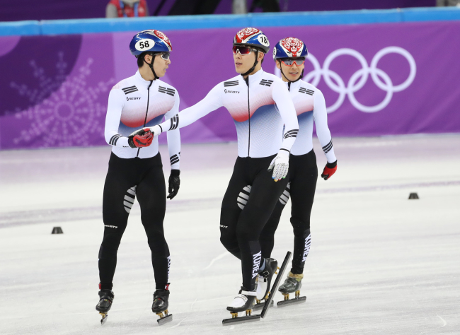 In this file photo, Hwang Dae-heon (L), Kim Do-kyoum, and Kwak Yoon-gy (R) encourage each other after finishing the men`s 5,000m relay heat at Gangneung Ice Arena, located in Gangneung, around 240 kilometers east of Seoul, on Feb. 13, 2018. (Yonhap)