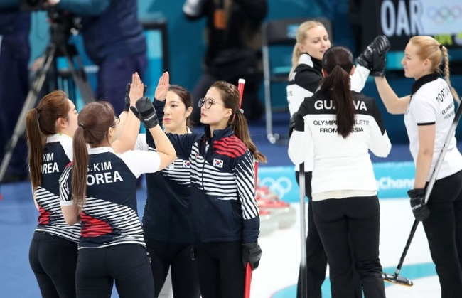 The South Korean female curling team competes in a match with the Olympic Athletes from Russia at Gangneung Curling Centre, located in Gangneung, a sub-host city of the PyeongChang Winter Olympics, on Feb. 21, 2018. (Yonhap)