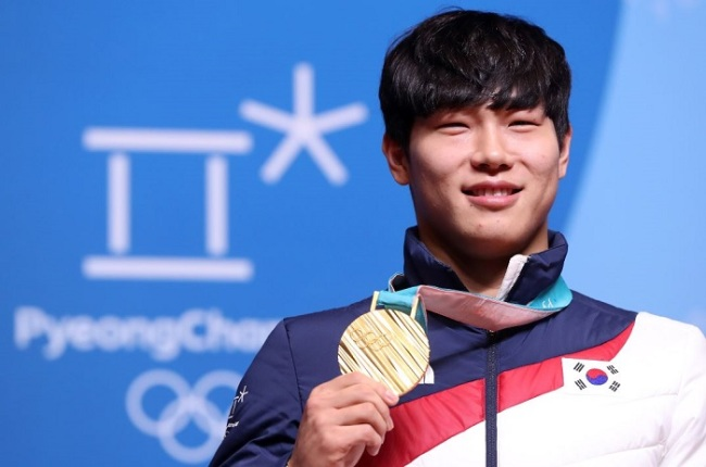 South Korean skeleton slider Yun Sung-bin poses for a photo with his gold medal at the PyeongChang Winter Olympic Games during his press conference at Main Press Centre in PyeongChang, Gangwon Province, on Feb. 21, 2018. (Yonhap)
