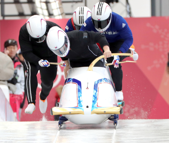 South Korea`s four-man bobsleigh team pushes the bobsled during their training at Olympic Sliding Centre in PyeongChang, Gangwon Province on Wednesday. (Yonhap)