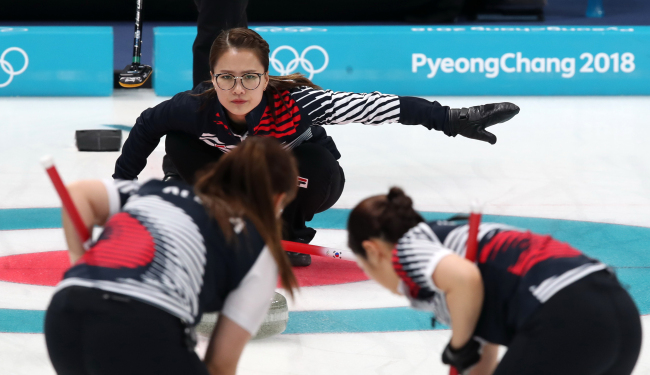 Kim Eun-jung, the skip of South Korea's women's curling team competes against OAR during a round-robin match held Wednesday. The game ended with Korea defeating OAR 11-2. (Yonhap)