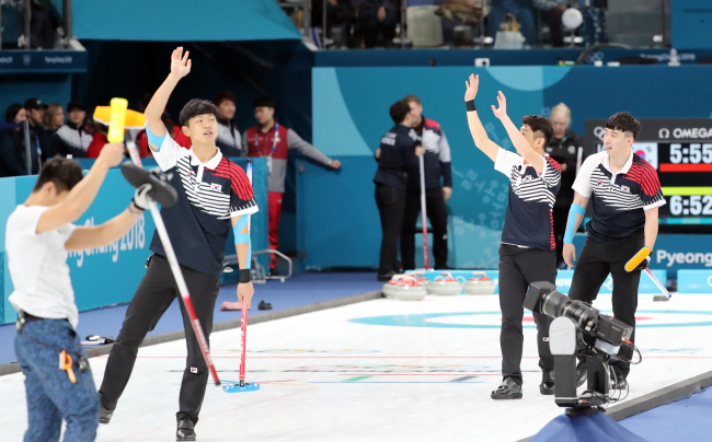 Korea`s male curling team competes in a match with Japan at the Gangneung Curling Centre, located in Gangneung, around 240 kilometers east of Seoul, on Feb. 21, 2018. (Yonhap)