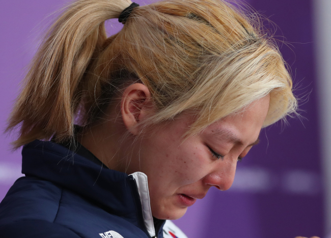 South Korean speedskater Kim Bo-reum bursts into tears as she offers an apology over her controversial TV interview at PyeongChang, Gangwon Province, Tuesday. (Yonhap)