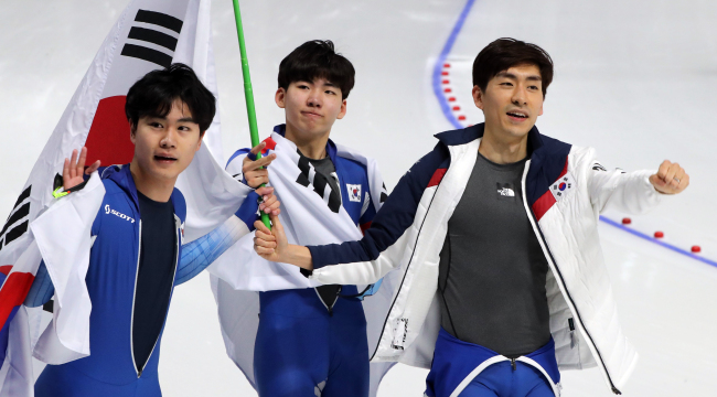 Lee Seung-Hoon, Chung Jae-won and Kim Min Seok of South Korea on Wednesday win gold medal in the men's team pursuit event held at Gangneung Oval, Gangneung. (Yonhap)