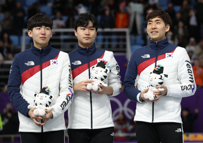 South Korean speed skater Chung Jae-won (left), Kim Min-seok (center) and Lee Seung-hoon pose for a photo after winning silver in the men`s team pursuit at the Gangneung Oval on Wednesday. (Yonhap)