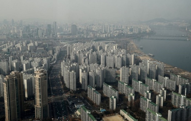Seoul is enveloped in fine dust on Tuesday. (Yonhap)