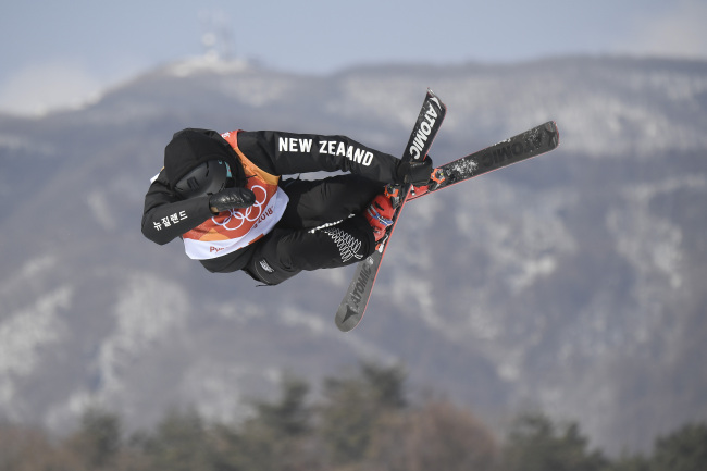 New Zealand's Nico Porteous competes in a run of the men's ski halfpipe final during the PyeongChang 2018 Winter Games at Phoenix Snow Park in PyeongChang on Thursday. (AFP-Yonhap)