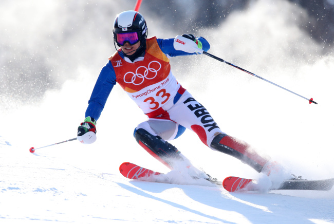 Jung Dong-hyun competes in the men`s alpine skiing slalom event held at Yongpyong Alpine Centre on Thursday. (Yonhap)