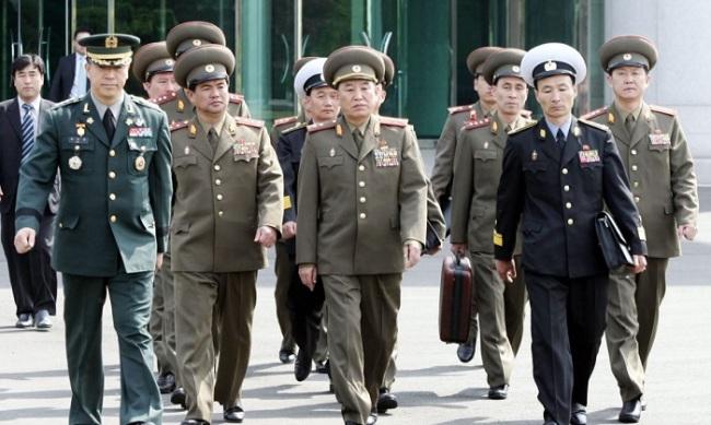 Gen. Kim Yong-chol (center) (Yonhap)