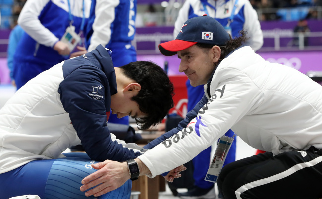 Coach Bob De Jong (right) encourages South Korean Olympics speedskater Kim Min-seok after the end of the 1,500 meters event at the Gangneung Oval in Gangneung, Gangwon Province, on Feb. 13. (Yonhap)