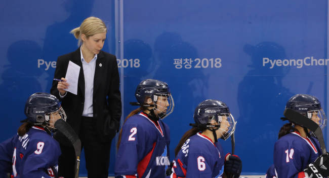 Coach Sarah Murray oversees the unified Korean women's ice hockey team after its 8-0 defeat to the Swedish team at the Kwandong Hockey Centre in Gangneung, Gangwon Province, on Feb. 12 (Yonhap)